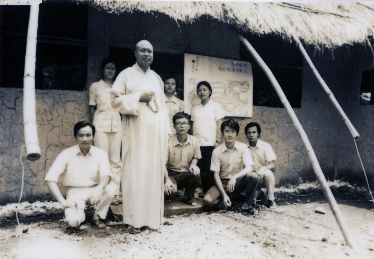 1973-1975年老和尚與大專青年合影於草寮前